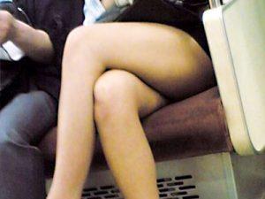 【電車美脚盗撮エロ画像】ミニスカートにホットパンツ…自慢の足を露出して足組みした素人女性たちをスマホカメラで隠し撮りww