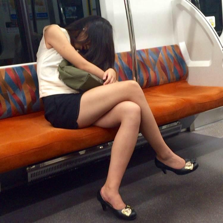 電車_美脚_盗撮_エロ画像17